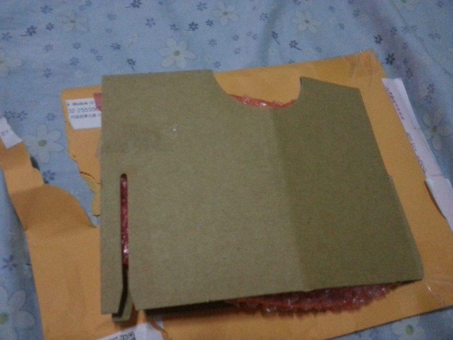 ▲怕書籤折到 用紙板包著 裡面還有氣泡紙