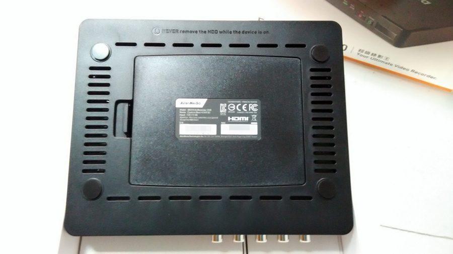 ▲底部,ER310內接硬碟室與周圍散熱孔。