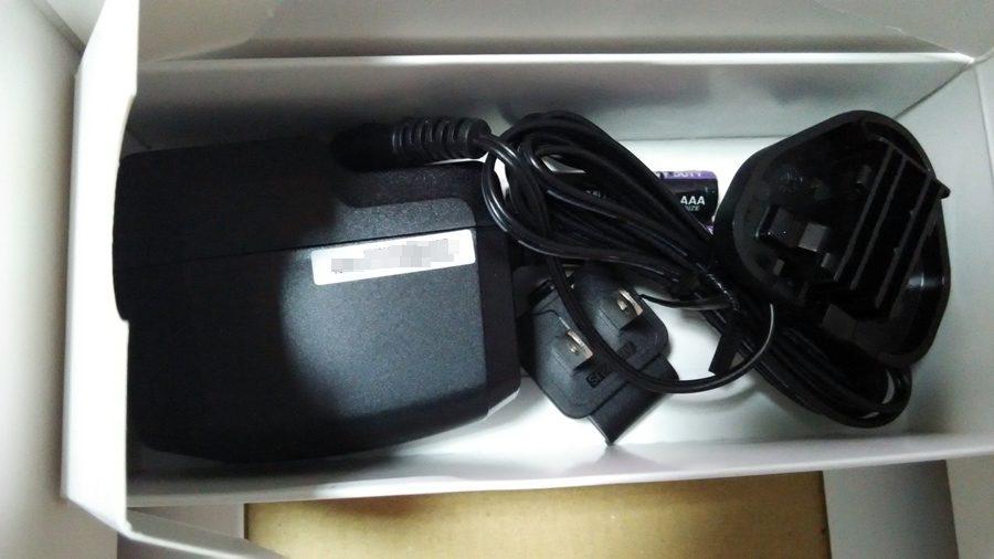 ▲變壓器、國際插座頭X2、電池。