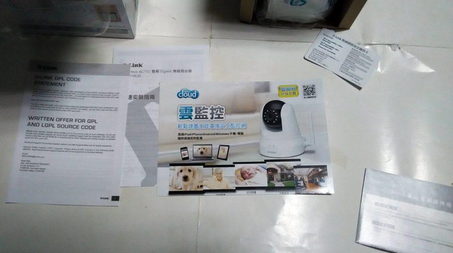 ▲拿出後出現一堆紙,有安裝指南、設定卡、售後服務介紹等紙張。