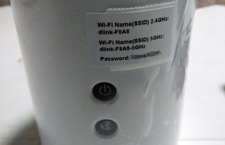 """▲前方貼有預設的WIFI SSID及密碼,跟前面""""無線網路設定資訊卡""""內容是一樣的。"""